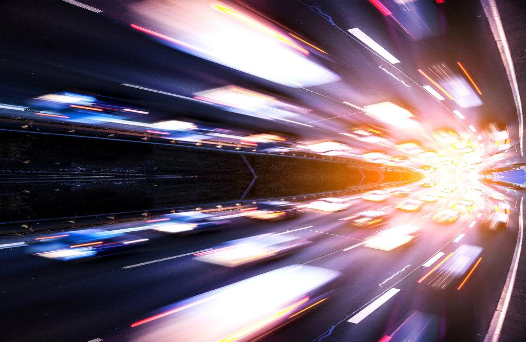 Geschwindigkeit - verschwommene Autos auf einer Straße